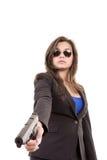Mulher no terno e óculos de sol que guardaram uma arma Fotografia de Stock Royalty Free