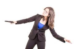Mulher no terno e óculos de sol que guardaram uma arma Fotografia de Stock