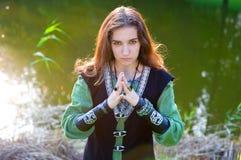Mulher no terno medieval com mãos dobradas Fotografia de Stock Royalty Free