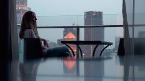 Mulher no terraço vídeos de arquivo