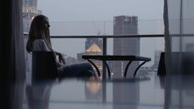 Mulher no terraço video estoque