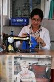 Mulher no trabalho em uma loja dos vestuários Fotos de Stock