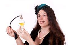 Mulher no traje 20s com frasco de perfume Fotografia de Stock Royalty Free