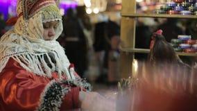 Mulher no traje de Folc do russo filme