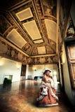 Mulher no traje de período no apartamento do século XIX imagem de stock royalty free