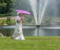 Mulher no traje de período pela fonte Fotos de Stock Royalty Free