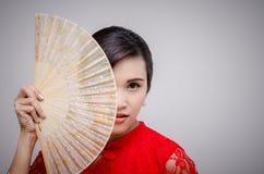 Mulher no traje do chinês tradicional que guarda o fã Foto de Stock