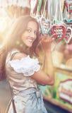 Mulher no traje do Dirndl com coração do pão-de-espécie Imagens de Stock Royalty Free