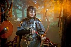 Mulher no traje do guerreiro Imagens de Stock