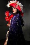 Mulher no traje medieval vermelho com máscara Foto de Stock Royalty Free