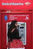 Mulher no traje no ATM Imagens de Stock Royalty Free