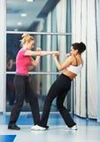 Mulher no treinamento de combate da aptidão Fotografia de Stock Royalty Free