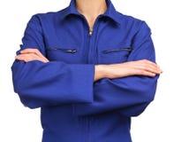 Mulher no uniforme azul do trabalho com os braços cruzados Fotografia de Stock Royalty Free