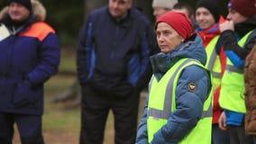 A mulher no uniforme do salvamento explica algo na rua Ensino de Emercom dia filme