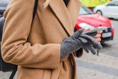 Mulher no uso brilhante da roupa do telefone celular em exterior foto de stock royalty free