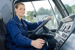 Mulher no veículo de bens pesados de assento de condução Imagens de Stock