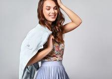 A mulher no verão ocasional veste-se com a composição natural que levanta no estúdio imagem de stock royalty free