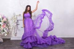 Mulher no vestido billowing Fotografia de Stock Royalty Free