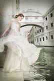 Mulher no vestido branco, em Veneza, Itália Fotos de Stock Royalty Free