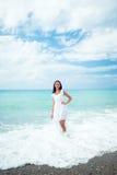Mulher no vestido branco no seashore Foto de Stock