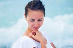 Mulher no vestido branco no seashore Imagem de Stock