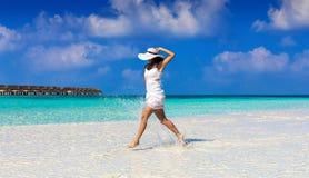 Mulher no vestido branco que aprecia o ajuste tropical fotografia de stock