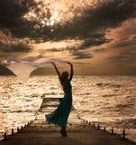 Mulher no vestido com tela no mar fotografia de stock