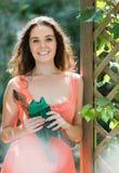 Mulher no vestido com tesoura de podar manual foto de stock royalty free