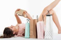Mulher no vestido cor-de-rosa que abre uma caixa atual fotos de stock royalty free