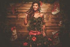 Mulher no vestido da árvore de Natal foto de stock