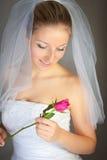 A mulher no vestido de casamento e levantou-se Imagem de Stock Royalty Free