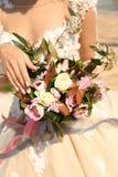 Mulher no vestido de casamento elegante que guarda o bouque luxuoso do casamento imagem de stock