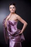 Mulher no vestido de noite com estola Fotos de Stock Royalty Free