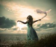 Mulher no vestido de turquesa com tela no mar fotografia de stock royalty free
