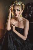 Mulher no vestido do preto do vintage fotografia de stock royalty free