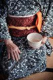 Mulher no vestido do quimono que guarda o copo de chá japonês, Japão fotografia de stock