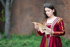 Mulher no vestido do renascimento fotografia de stock