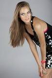 Mulher no vestido do sequin e no relógio cor-de-rosa de néon Fotografia de Stock