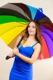 A mulher no vestido do verão guarda o guarda-chuva colorido foto de stock