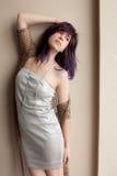 Mulher no vestido e na colar de prata da corrente do corpo da cruz Imagens de Stock Royalty Free