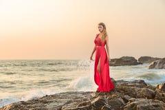 Mulher no vestido longo na frente do mar fotos de stock royalty free