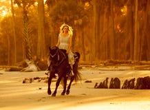 Mulher no vestido medieval a cavalo fotografia de stock