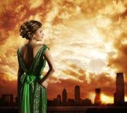 Mulher no vestido, pôr do sol do céu da cidade, modelo de forma Rear View fotos de stock