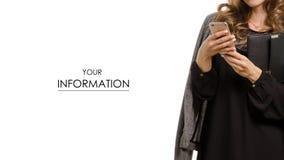 Mulher no vestido preto com o revestimento no teste padrão do telefone celular do smartphone das mãos imagem de stock royalty free