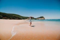 Mulher no vestido que aprecia a praia em Austrália Fotografia de Stock