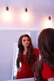 Mulher no vestido vermelho foto de stock