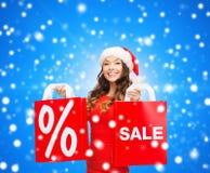 Mulher no vestido vermelho com sacos de compras Imagens de Stock Royalty Free