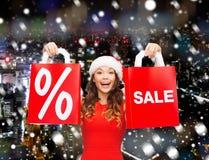 Mulher no vestido vermelho com sacos de compras Imagem de Stock Royalty Free