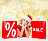 Mulher no vestido vermelho com sacos de compras Foto de Stock Royalty Free