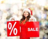 Mulher no vestido vermelho com sacos de compras Imagens de Stock
